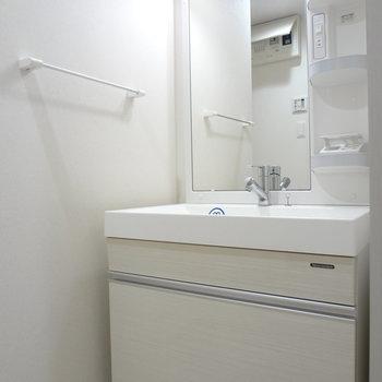 スタイリッシュな洗面台。(※写真は10階の同間取り別部屋のものです)