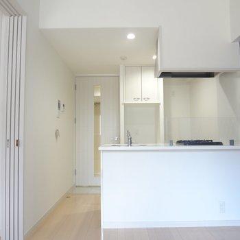 白い内装は清潔感あります。(※写真は10階の同間取り別部屋のものです)