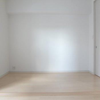 洋室は寝室にぴったり。(※写真は10階の同間取り別部屋のものです)