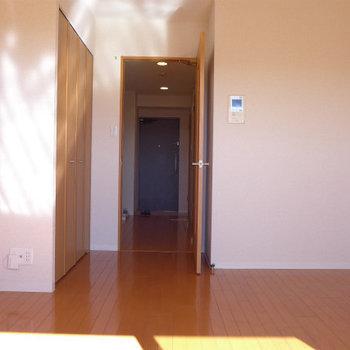 扉や床も温かい雰囲気。(※写真は11階の同間取り別部屋のものです)