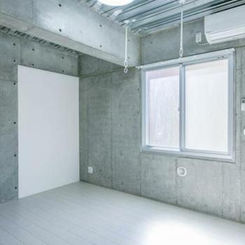 天井はメタリック ※写真は別室(301号室)