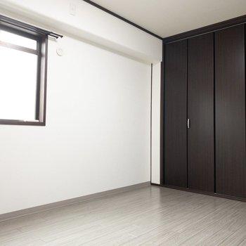 洋室】寝室にちょうどいい大きさのお部屋。