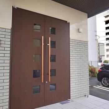エントランスでは重厚そうな扉が出迎えてくれます。