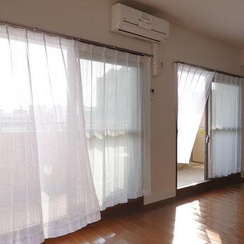 窓から入る光と風にたなびくカーテンがえも言われぬ素敵さ…