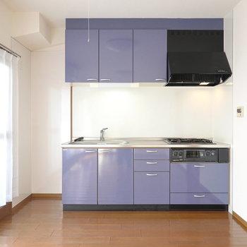 淡いブルーの壁付けキッチンが空間に彩りをプラス。