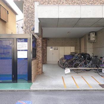 入り口左手に屋根付きの駐輪場。ゴミ置き場もその隣にあります。