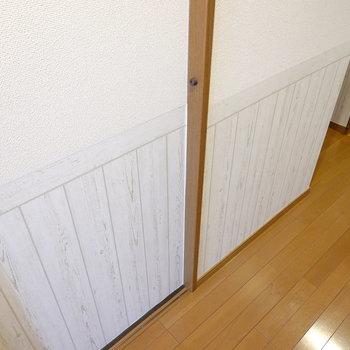 廊下の壁は下側がアンティークな壁紙に張り替えられていました◎