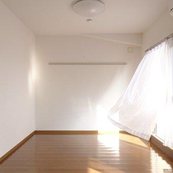 LDKは約10.6帖。中心にダイニングテーブルを、奥の壁にはテレビを壁掛け。