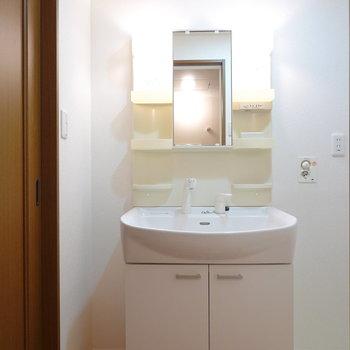 洗面台の左にはスリムな収納も置けそうです。