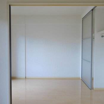 洋室の大きさはまずまず。※写真は同タイプの別室