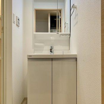 ちょうどいいサイズ感の洗面台(※写真は13階の同間取り別部屋のものです)