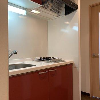 キッチンは情熱的な赤!派手過ぎない色でぐっど(※写真は13階の同間取り別部屋のものです)