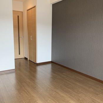 フローリングと壁の色の相性が良く、落ち着く空間(※写真は13階の同間取り別部屋のものです)