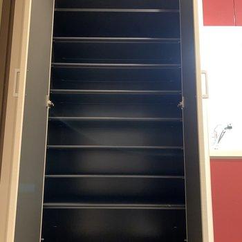 高さが変えられるシューズボックス(※写真は13階の同間取り別部屋のものです)