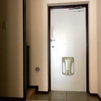 ゆったりとした玄関です。※写真は1階の反転間取り別部屋のものです