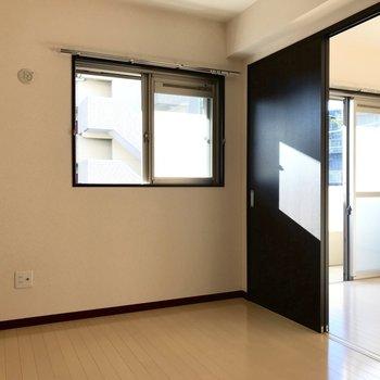 【洋室】洋室にも窓がついているので、お部屋が明るく演出されますね。※写真は1階の反転間取り別部屋のものです