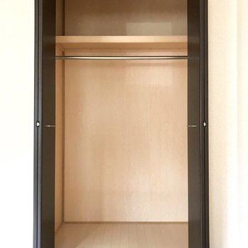 【洋室】洋服から生活用品まで、たくさんしまっておけそうです。※写真は1階の反転間取り別部屋のものです
