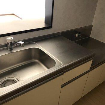 コンロは持ち込みになります。広々としたシンクと調理スペースがついた機能性の高いキッチン。※写真は1階の反転間取り別部屋のものです