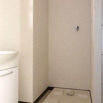 洗面台の横には洗濯機が置けるスペースも。※写真は1階の反転間取り別部屋のものです