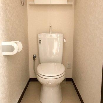 トイレの上には収納ボックスがついています。※写真は1階の反転間取り別部屋のものです