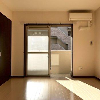 【LDK】南向きのお部屋なので、陽射しが温かいですね。※写真は1階の反転間取り別部屋のものです