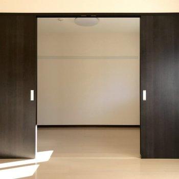 インパクトのある大きな扉が付いています。※写真は1階の反転間取り別部屋のものです