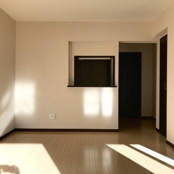 【LDK】奥行きのあるリビングです。※写真は1階の反転間取り別部屋のものです