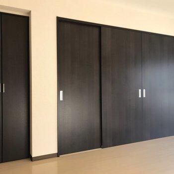 【LDK】引き戸を閉めると、お部屋の雰囲気がぐぐっと引き締まりますね。※写真は1階の反転間取り別部屋のものです