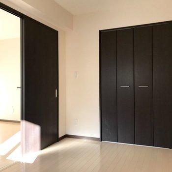【洋室】大きなクローゼットはこちらにも。※写真は1階の反転間取り別部屋のものです