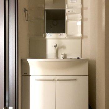 白を基調とした洗面台です。※写真は1階の反転間取り別部屋のものです
