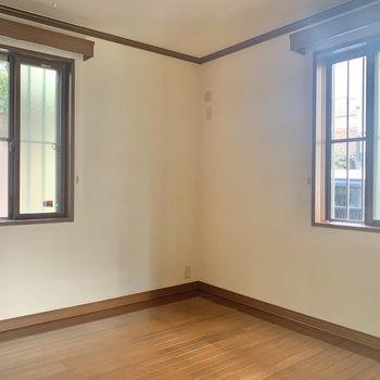 【洋室】コンパクトだけど、窓のおかげで快適。※写真は1階の同間取り別部屋のものです