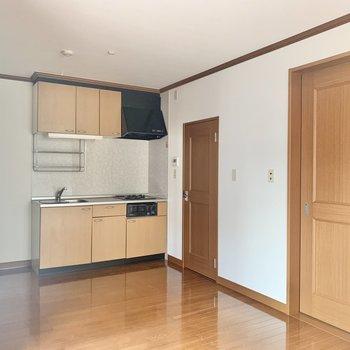 フローリングとキッチンの色味が似ているので統一感がありますね。※写真は1階の同間取り別部屋のものです