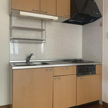 設備充実キッチン。※写真は1階の同間取り別部屋のものです