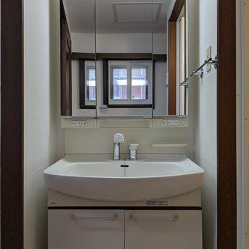 独立式洗面台はコンセントが2ヶ所にあるので便利です。