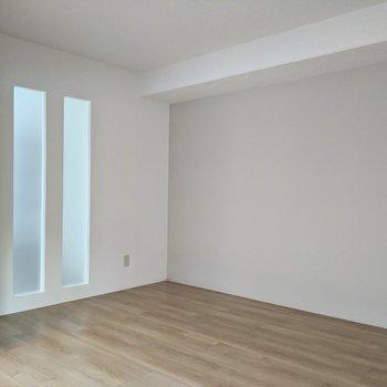 【6帖用室】隣のお部屋から太陽の光が差し込んできます。
