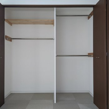 【8.7帖洋室】大容量の収納付き。布団や毛布を入れることも可能です。