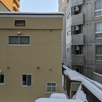 【5帖洋室】正面は隣の建物が見えます。日当たりは影響なさそうです。