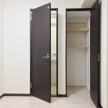 反対側にちょっとした物入れと隣にトイレ。