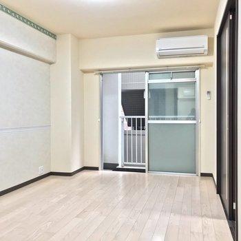 左側の洋室。書斎兼寝室にしても、リビングにしてもいい広さ◎