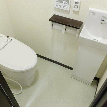 ウォシュレット付きで手洗い場もありますよ。