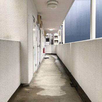 共用廊下はL字に広がっています。