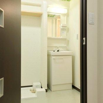 脱衣所もゆったり。洗面台はコンパクトなのでひとりひとり準備しよう。