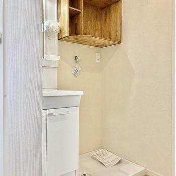 洗濯機はこちらにどうぞ。上部の棚もお洒落〜!※写真は前回募集時のものです
