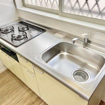 【LDK】柔らかいクリーム色のキッチンはグリル付きガス3口コンロ。ゆっくりお料理できそう!※写真は前回募集時のものです