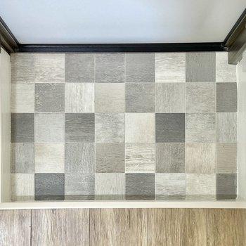 玄関はタイル風でチェス盤みたい!落ち着いた色味で汚れも気になりませんね。※写真は前回募集時のものです