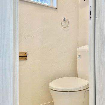 トイレの設備も抜かりない……小窓付きで自然換気できるのも嬉しいポイント。※写真は前回募集時のものです