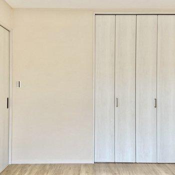 【洋室】白で統一されていてスッキリ。※写真は前回募集時のものです