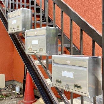 レトロなメールボックスは階段に。