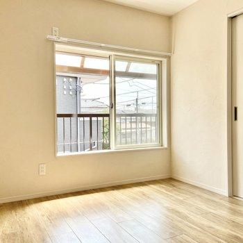 【洋室】手塗りの白壁と木目が雰囲気あるな〜※写真は前回募集時のものです
