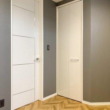 【洋室】扉の脇にクローゼットがあります。
